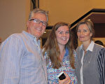 2017年1月2日晚上6點,房地產商Michelle Gloor帶著太太和女兒一起在休斯頓觀看了神韻演出。 (麥蕾/大紀元)