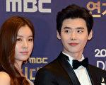 韓孝周(左)與李鍾碩(右)出席「2016 MBC演技大賞」資料照。(nessis提供)