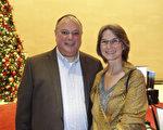 通訊公司高級顧問Chris Gianakos先生和夫人Mary欣賞了2017年1月2日晚的休斯頓神韻演出後,稱贊神韻舞蹈有種超凡脫俗的美。(余欣然/大紀元)