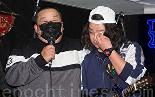藝人賴銘偉(右)1月3日在台北舉辦首張台語專輯記者會,父親(左)突然抱病現身,讓賴銘偉感動淚崩。(陳柏州/大紀元)
