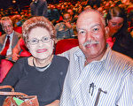 退休高中校長Marian Sing女士和先生Louise Sing於1月3號觀看了神韻2017年在佛州的首場演出。(蕭財英/大紀元)