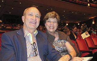 2017年1月3日晚, 发明家Glen Black先生和太太在佛州杰克逊维尔时代联合表演艺术中心一起观赏了神韵演出。(麦蕾/大纪元)