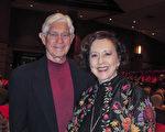 畫家May Gin Gregg 女士於1月3日晚上和先生O.C. Gregg一同來到美國佛州傑克遜維爾時代聯合表演藝術中心(Times-Union Center for the Performing Arts),觀看了神韻北美藝術團在當地的第一場演出。(麥蕾/大紀元)