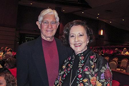 画家May Gin Gregg 女士于1月3日晚上和先生O.C. Gregg一同来到美国佛州杰克逊维尔时代联合表演艺术中心(Times-Union Center for the Performing Arts),观看了神韵北美艺术团在当地的第一场演出。(麦蕾/大纪元)