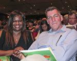 Steve Deken先生和太太Alexis Major-Deken與1月3日到傑克遜維爾的時代聯合表演藝術中心觀看神韻,他們是神韻的鐵桿粉絲,每年觀看神韻已經成為一個家庭必須節目。(麥蕾/大紀元)