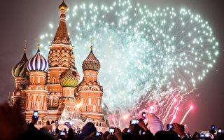 莫斯科红场,人们在新年期间观看庆祝烟花。(DMITRY SEREBRYAKOV/AFP/Getty Images)