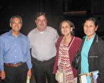傑克遜維爾市政府官員Fred Berley先生和妻子以及華人朋友觀看了神韻在時代聯合表演藝術中心的演出,讚歎「演出非常好!」(艾蘭/大紀元)