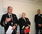 舊金山消防局局長海耶斯‧懷特(中)、局長助理丹·科西奧(左)在介紹業主應遵守的消防新規。(李霖昭/大紀元)