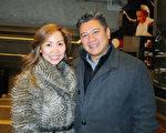"""魁北克市一家老牌财务公司的行政副总裁Andre Phan携同伉俪Monica Ngo女士在观看1月4日晚的神韵演出后感动地说:""""这不仅仅是一场演出,这才是真正的艺术。""""(甄秀欣 / 大纪元)"""