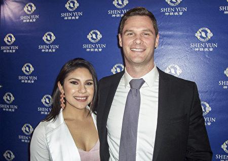 律师行创办人Tyler Dahl(右)与太太表示,神韵的节目给他们留下深刻印象。(周容/大纪元)