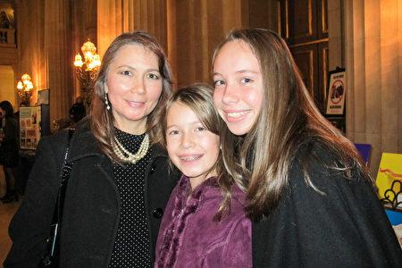 Stephanie Gall是位高级会计师,她和两个跳芭蕾舞的女儿在观看神韵后高兴的表示,神韵的中国古典舞很美,很迷人!(梁欣/大纪元)