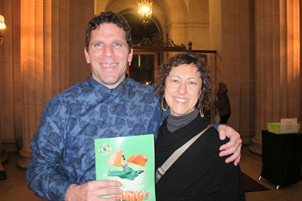 Brandee Selck在东湾是位很受欢迎的国标舞蹈老师。在和朋友一起观看了神韵晚会后她高兴的称赞,神韵的舞蹈演员,具有非常高的水平。(梁欣/大纪元)