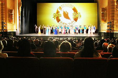 1月8日下午,神韵纽约艺术团在旧金山歌剧院进行了最后一场演出,继前七天的连续爆满之后,最后一场也是票房爆满。(周容/大纪元)