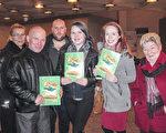 渥太华建商史蒂夫.迪梵(左二)1月8日晚和家人观赏美国神韵世界艺术团在渥太华的第三场演出后在剧场合影。(孙萍/大纪元)