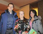 2017年1月8日(周日)晚,联邦政府任职的Gordon Beatty先生、他的母亲Nelly Beatty和女友Danielle Veilleux在观看了美国神韵世界艺术团在加拿大首都渥太华的第三场演出后表示,已被神韵彻底征服,以后年年都要来看神韵。(甄秀欣/大纪元)