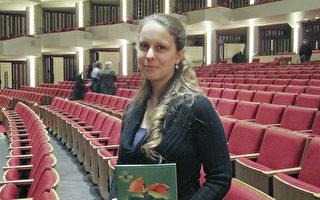 1月8日晚,渥太华年轻的医生Kathryn Rutherford和家人观赏了演出,并盛赞神韵。(梁耀/大纪元)