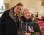 在政府任职的Rachel Bernier和86岁的姨妈Anne Docherty于1月8日晚一起观看了神韵世界艺术团在渥太华今年最后一场演出,俩人都表示神韵非常鼓舞 人心。(戴思慧/大纪元)