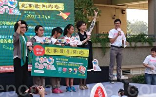 高市教育局長范巽綠(左)與主播沈春9日來到文府國小,響應瑪麗亞基金會「小學生公益行動」。(李怡欣/大紀元)