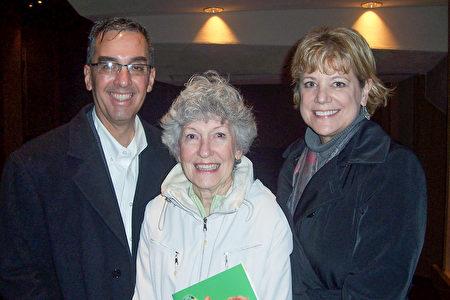 惠普公司主管David Briceno和太太及母亲一起观看了神韵演出。(周容/大纪元)