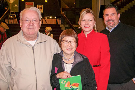 Geanine Brady (右二)与家人和父亲的女朋友Sally(中间)一同观看演出。(于丽丽/大纪元)