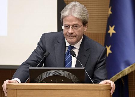意大利总理简提洛尼10日因心血管堵塞进行紧急手术,目前复原状况良好。图为2016年12月29日,罗马,简提洛尼在年底记者会上发表演讲。 (TIZIANA FABI/AFP)
