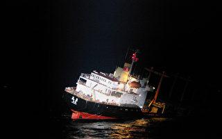 日本海岸警衛隊11日在日本海岸附近,從一艘正下沉的貨船上救出了26名朝鮮籍船員。(Handout/Japan Coast Guard/AFP)