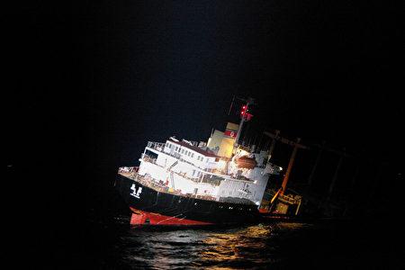 日本海岸警卫队11日在日本海岸附近,从一艘正下沉的货船上救出了26名朝鲜籍船员。(Handout/Japan Coast Guard/AFP)