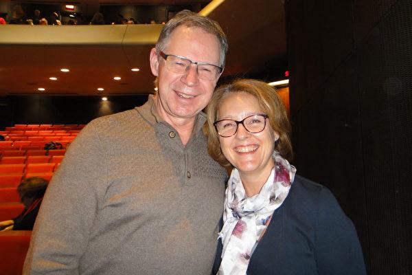 Robitaille先生和太太观看了2017年1月12日在蒙特利尔艺术中心演出的神韵晚会后赞不绝口。(滕冬育/大纪元)