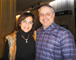 房地产经纪Domnas女士和丈夫Digiovanni先生观赏了1月12日在蒙特利尔的神韵演出。(滕冬育/大纪元)