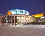 美国神韵艺术团2017年第11次莅临加拿大蒙特利尔,在蒙特利尔艺术中心(Place des Arts)的梅桑纳芙剧场(Théâtre Maisonneuve)呈现5场精彩的中国古典舞蹈与传统音乐晚会。图为蒙特利尔艺术中心夜晚外景。(大纪元档案图片)