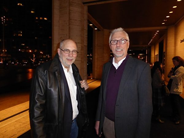 世界舞台公司视听工程师Lars Peterson(右)和项目经理John Ackerman(左)1月12日慕名前来观看神韵的顶尖视频技术。(良克霖/大纪元)
