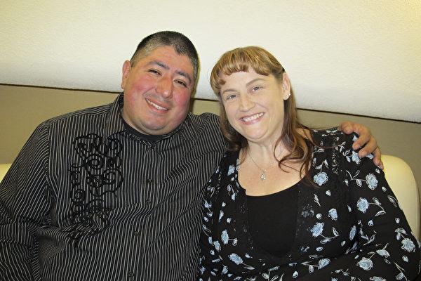 "Kimberly和David Quatrell夫妇几年前就想看神韵了,1月13日晚,他们终于得以亲眼观赏了纽约神韵艺术团在圣荷西表演艺术中心(San Jose Center for the Performing Arts)举行的首场演出,称赞演出""精彩绝伦"",""不仅美而且展现了悠久的历史""。(梁欣/大纪元)"