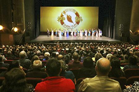 1月13日晚,美国神韵纽约艺术团在加州圣荷西表演艺术中心的首场演出满场。神韵带领全场观众跨越时空,经历一场奇妙的文化之旅。(周容/大纪元)