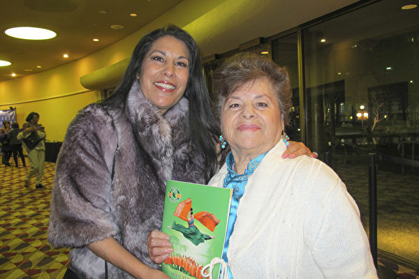 """:""""从来没见过这样的演出,太迷人了。"""" 退休的执法机构的调查员总监Sylvia Thomas(左1)赞叹神韵演出的神奇。她母亲Ernestina Hernandez很喜欢中国文化,因此他们一起观看神韵庆祝新年。(梁欣/大纪元)"""