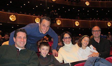 Phyliss Cunningham女士(右三)是一家保健品公司的总裁。这一家祖孙三代一起观赏了神韵国际艺术团在纽约林肯中心大卫寇克剧院的第五场演出。(麦蕾/大纪元)