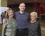 Long家族共三代一同前來觀賞神韻。這是兒子Harrison Long 和母親Carolyn Long這是第三次看神韻。(楊漢民/大紀元)