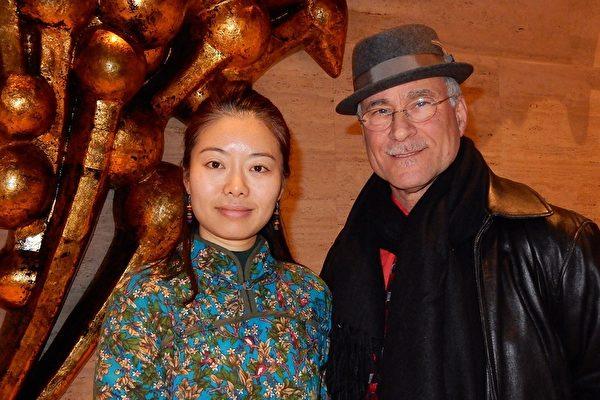 2017年1月14日,华人油画家储悠也与丈夫Jeffrey Anzevino在林肯中心观看了美国神韵国际艺术团的演出。(卫泳/大纪元)