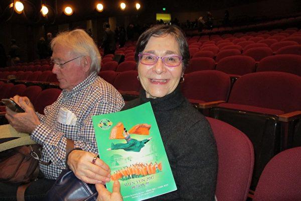 1月14下午阳光明媚,退休心理学家Marlene Adair 和先生一起观看了期盼已久的神韵纽约艺术团在圣荷西表演艺术中心(San Jose Center for the Performing Arts)的第二场演出。(梁欣/大纪元)