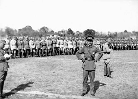 1933年剿共,国民政府军事委员会委员长蒋介石亲任豫鄂皖三省剿匪总司令部总司令。(维基百科公有领域)