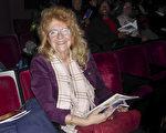 2017年1月15日,皇后区长岛城一所高中的退休校长Lourdes Burrows女士在纽约林肯中心观看了神韵国际艺术团的第七场演出。(良克霖/大纪元)