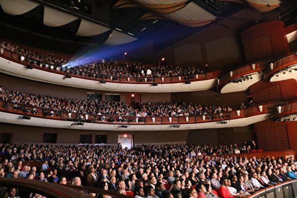 神韵第11年来到乔治亚州亚特兰大演出。图为柯布能源表演艺术中心内,观看演出的观众座无虚席。(泽霖/岳磊/大纪元)