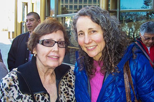 瑜伽导师Melinda MacNaughton和母亲Margaret MacNaughton说,神韵的美令人惊叹。(周容/大纪元)