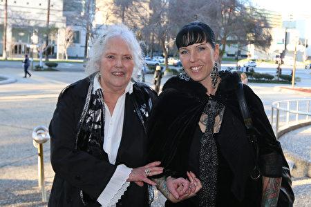 物业主管Corrina Wolver和母亲Anne Drake说,神韵演员的脚步如行云流水。(周容/大纪元)