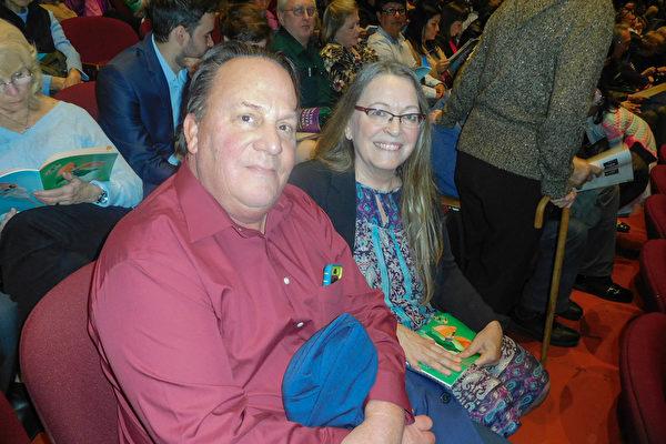 Michael Myatt 和太太Nada从Chico开车2小时赶上了神韵在圣荷西的最后一场演出。(张倩/大纪元)