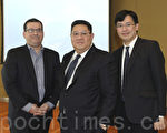 法国巴黎银行证券分析董事总经理李伟烈(中)、法巴亚太区保险研究部主管陈志铭(右)。(余钢/大纪元)