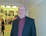 1月17日晚,牧师Doug Ray在查尔斯顿盖拉德中心观看了神韵北美艺术团的演出。(林南宇/大纪元)