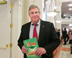 地产经纪人Richard Miller于 1月17日晚在查尔斯顿的盖拉德中心观看了神韵北美艺术团今年在当地的首场演出。(林南宇/大纪元)