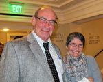 保险公司老板Greg Popek先生和妻子在观看神韵演出之后,不由地发出赞叹。这场演出打开了一扇门,使他们能够认识中国传统文化,他们深受感动。(麦蕾/大纪元)
