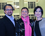 1月17日晚,房地产商Annee Leon女士(中)和亲戚一起观看了查尔斯顿的神韵演出。