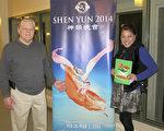 软件开发商Jim Buckley和从事服务业的Elizabeth Maleby看完1月17日在艾斯康迪都加州艺术中心的神韵晚会后流连忘返。(李旭生/大纪元)